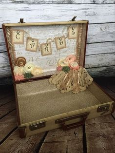 32 Best Ideas For Wedding Card Box Decoration Vintage Suitcases Vintage Suitcase Wedding, Vintage Wedding Cards, Vintage Suitcases, Card Box Wedding, Suitcase Card Box, Suitcase Decor, Chic Wedding, Trendy Wedding, Wedding Table