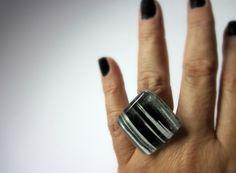 vidro  Incolor / Branco / Preto  base metal n 20 - Ajustável  2,5 x 2,5cm R$32,99