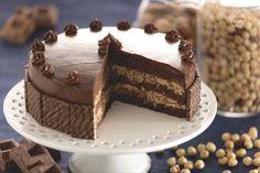 La torta con crema ai wafer alla nocciola è un dessert ricco di gusto ideale per festeggiare una ricorrenza, con pan di spagna al e crema di nocciole.