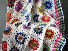 Hecho en Escocia, Reino Unido.  Hecho no fabricados  Aquí es una magnífica blanco marfil ganchillo abuela Plaza manta, afgano. Construidos con 49                                                                                                                                                                                 Más