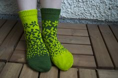 Ravelry: Project Gallery for Fields of Flowers pattern by Sarah Bordelon Best Picture For perlmuster Crochet Socks, Knitted Slippers, Wool Socks, Slipper Socks, Knit Or Crochet, Knitting Socks, Hand Knitting, Bed Socks, Fair Isle Knitting