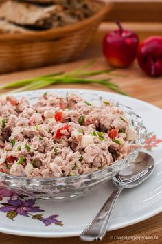 Tonijnsalade - Frisse tonijnsalade met appel, tomaat, bieslook en rode ui. Lekker op een broodje of toastje.