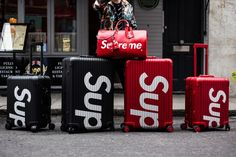 Supreme RIMOWA Spring/Summer 2018 Street Style Streetsnaps Suitcase Luggage Accessories Clothing For Sale London New York Topas Multiwheel Luxury Purses, Luxury Bags, Supreme Lv, Supreme Clothing, Rimowa, Trolley Bags, Street Style Summer, London Travel, Vuitton Bag