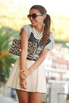 """style - ich liebe die Kombination aus eleganten Faltenrock und Perlenkette zu rockigen """"Schlabber""""-Shirt, dies muss reingesteckt sein! Die Leo-Clutch macht den Stilbruch komplett! Gekonnt!!"""