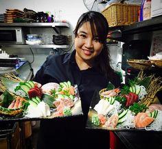 Nuestra camarera Sheryl lista para servir las variedades de sashimi de #Hanakura #Repost @its_me_sheryl