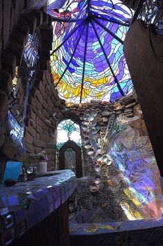earthship bathroom with stained glass skylight Maison Earthship, Earthship Home, Earthship Design, Earth Homes, Natural Building, Green Building, Cob Building, Glass Ceiling, Glass Roof
