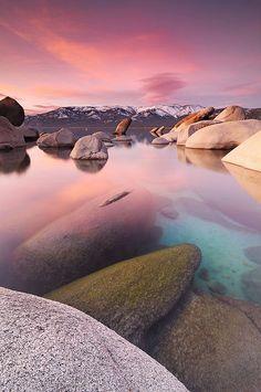 タホー湖  カリフォルニア州  透明度はが非常に高く23メートル底もみえるほど。シエラネバダ山脈の高山にあり最大水深は500メートルにも達する。ビーチリゾートとしては有名で一度は訪れたい絶景です。