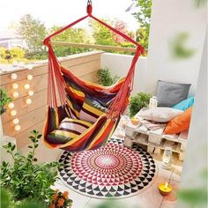 Bohemian Style Garden and Outdoor Living Ideas Bohemian Chic Fashion, Bohemian Lifestyle, Bohemian Style, Boho Chic, White String Lights, Light String, Bohemian Patio, Diy Pallet Bed, Small Balcony Decor