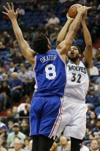 Karl-Anthony Towns (32), de Minnesota, intenta un disparo sobre la defensa de Jahlil Okafor (8), de los 76ers de Filadelfia en Minneapolis. (AP/Stacy Bengs)