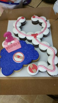 Stethoscope cupcakes for grad party Doc Mcstuffins Cupcakes, Doc Mcstuffins Birthday Party, 4th Birthday Parties, Birthday Fun, Third Birthday, Doctor Mcstuffins Party Ideas, Birthday Ideas, Doctor Party, Pull Apart Cake