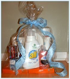 Easy Housewarming Gift/ love making gift bags and baskets. So fun!- or college gift Housewarming Gift Baskets, Diy Gift Baskets, Housewarming Party, Creative Gifts, Cool Gifts, Craft Gifts, Diy Gifts, How To Make A Gift Bag, Raffle Baskets