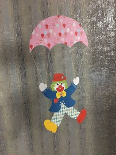 GROßES Fensterbild aus Tonkarton Karneval Clown Fallschirm 53 x 27 cm Fasching - EUR 7,90. hier biete ich ein schönes Fensterbild / Mobile :-) Maße : von oben bis unten : ca. 53 cm Breite : ca. 27 cm komplett mit Aufhängeschnur ca. 89 cm von beiden Seiten gearbeitet und coloriert ^^ hübsch anzuschauen am Fenster , an der Tür oder einfach an der Wand auch schön als persönliches Geschenk oder als Mitbringsel anstelle von Blumen :) schöne Fensterdeko, wer möchte sie haben ? - - - - - - - GE... Bee Crafts For Kids, Diy Crafts To Sell, Art For Kids, Clown Crafts, Carnival Crafts, Preschool Classroom Decor, Preschool Art Projects, Felt Animal Patterns, Stuffed Animal Patterns