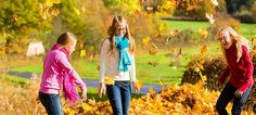 Ab nach draußen: Passend zur wahrscheinlich letzten goldenen Herbstwoche gibt es nochmal unseren großen Spielplatztest. Also, schnappt frische Luft, Kinder! - © dpa