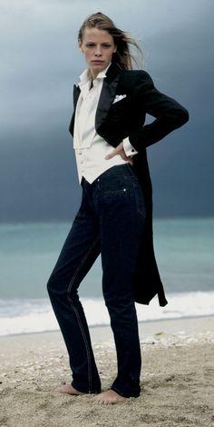 Élégance inattendue   le costume de soirée Ralph Lauren sur une photo  classique de la campagne 1997 b47d00ef235