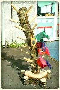 Wellie Tree or maybe a Boot Branch - a great way to store boots for outdoor play! Outdoor Education, Outdoor Learning, Outdoor Activities, Natural Outdoor Playground, Outdoor Fun, Eyfs Outdoor Area, Backyard Playground, Diy Jardin, Boot Storage