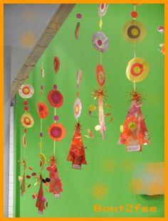 Tous les ans, mes collègues et moi-même décorons l'école pour Noël. Cette année, c'est le mélange rouge/jaune/orange/rose qui a été choisi. Pour ce Noël, j'ai voulu faire des guirlandes géométriques. Je ne le ferai pas tous les ans, car ce fut long!!...