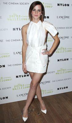 """Emma Watson apostou no vestido branco (phyyyna) com recortes ousados na lateral para uma exibição de """"The Perks Of Being A Wallflower""""!   Emma Watson - Look do dia - Setembro de 2012 - CAPRICHO"""