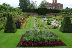 Formal gardens are so lovely Most Beautiful Gardens, Beautiful Flowers Garden, Love Garden, Dream Garden, English Garden Design, Garden Design Plans, Formal Gardens, Outdoor Gardens, Modern Gardens