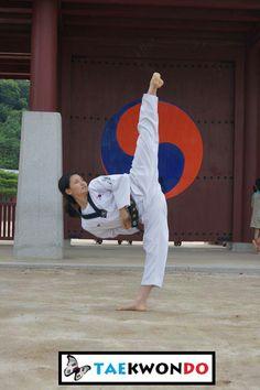 Yop chagi Korean Martial Arts, Martial Arts Women, Mixed Martial Arts, Taekwondo, Marshal Arts, Female Martial Artists, Self Defense Techniques, Karate Girl, Aikido