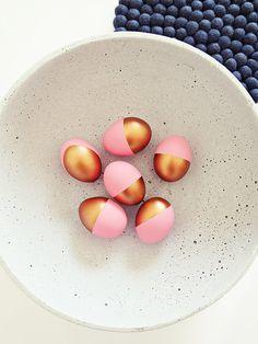 ...gleicher Look - nur andere Farbe. Dieses Jahr habe ich die Eier in Pastell/Kupfer angemalt. Schönes Wochenende wünsche ich Euch. Lg:smile:
