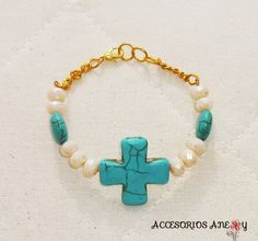 Pulsera de piedra de cruz y cristales color beige