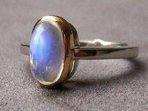 Hochwertiger Ring mit Mondstein und Brillant. Palladium und Gold.
