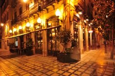 Granada la nuit. This is an attractive bar of the Castellana chain, opposite the town hall in la Plaza del Carmen and the head of Calle Navas, one of Granada's renowned streets of tapas bars.