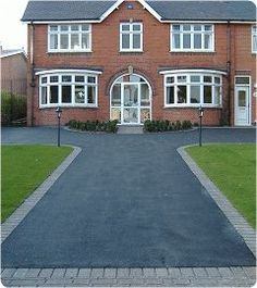 This unique modern driveway is an obviously inspirational and marvelous idea Front Garden Ideas Driveway, Modern Driveway, Driveway Design, Driveway Entrance, Resin Driveway, Asphalt Driveway, Driveway Paving, Driveway Landscaping, Tarmac Driveways