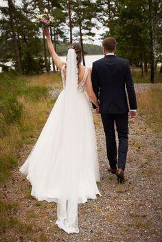"""Kari og Kristian tok et noe utradisjonelt valg ved å ha fotograferingen før vielsen. Dette er noe jeg virkelig vil anbefale hvis man har vielse litt sent på dagen og man klarer å få tid til det. Dette gjør at man kan nyte dagen med gjestene etter vielsen. I tillegg får man sjansen til å ta """"first look"""" bilder som jeg synes er så koselige å ha.    #Bryllupsfotograf #bryllupsfotografering Studios, Wedding Dresses, Fashion, Lantern, Creative, Bride Dresses, Moda, Bridal Gowns, Fashion Styles"""