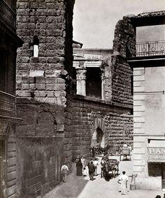"""Suburra. Como   contraste,   no   lado   occidental,   atopábase   a   Suburra,   o   barrio   """"chinés""""   de   Roma,   un   lugar   moi   pouco  recomendable, sucio, perigoso e frecuentado por todo tipo de maleantes, prostitutas, ladróns, bandidos"""