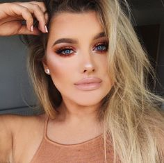 Naked Heat Eye Shadow Palette. Bronze look by @rachleary. Glam look and trend for 2017 #makeupideas
