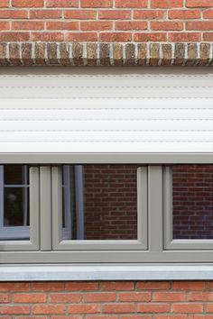 De eigenaars van deze woning in Schilde kozen voor KwadrO voor hun nieuwe #ramen en #deuren. We plaatsten grijze vensters, maar ook bijpassende #rolluiken. De eigenaars gaven ons complimenten voor de grondige uitleg die ze kregen en voor de degelijke afwerking. Altijd leuk om te horen! Garage Doors, Windows, Outdoor Decor, Home Decor, Sign, Homemade Home Decor, Decoration Home, Window, Ramen