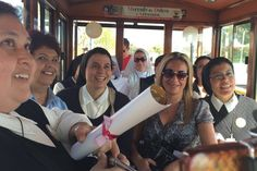 Personal capacitado de la Secretaría de Turismo municipal se encuentra asesorando y brindando orientación a los visitantes que se están dando cita a la ciudad para la visita del Arzobispo ...