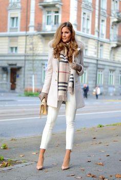 Conjunto abrigo blanco, pantalones blancos, tacones rosa y bufanda beis a cuadros