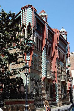 Casa Vicens. Antoni Gaudi. 1883 - 1885. Barcelona Barcelona Architecture, Art Nouveau Architecture, Amazing Architecture, Architecture Details, Around The World In 80 Days, Travel Around The World, Around The Worlds, Belle Epoque, Barcelona Catalonia