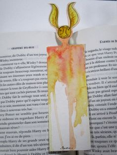 marque page vif d'or Harry Potter. Objet Harry Potter, Deco Harry Potter, Harry Potter Bookmark, Harry Potter Food, Harry Potter Cosplay, Harry Potter Merchandise, Harry Potter Anime, Bookmarks For Books, Creative Bookmarks