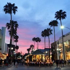 Lots of boutiques and restaurants and street performers at the Promenade in Santa Monica, CA