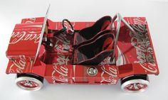 Você tem latas de coca-cola? Gostaria de reciclar ao invés de jogar no lixo? Então essa dica pode ser útil...  Sandy Sanderson é desenhista que faz projetos de carros em miniatura feitos com latinhas de alumínio.   Os carros são vendidos a preços que variam de 800 a 2.000 dólares, mas ele vende os projetos de cada um dos modelos, você pode comprar pelo site e receber por e.mail, nesse caso o preço é 10 dólares.