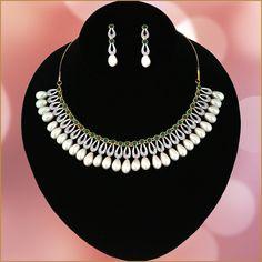 American Diamond Jewellery, Diamond Jewelry, Gold Jewelry, Jewelry Necklaces, Women Jewelry, Wedding Jewellery Designs, Wedding Jewelry, Jewelry Design, Necklace Set