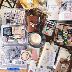 "Polubienia: 937, komentarze: 28 – M0mO (@momolovespaper) na Instagramie: ""When you happen to match the table. A mess ✌️ @twocupstravels"""