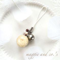 ハンドメイドマーケット minne(ミンネ)| 【送料無料】botanical zakka~ビー玉レジン・千日紅白のcorocoroストラップ~