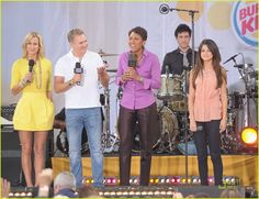 Selena Gómez with lara, sam and robin