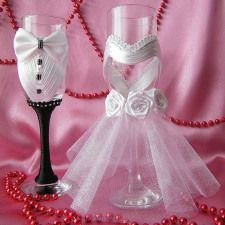 Discover thousands of images about pahare handmade personalizate pentru miri si nasi Wedding Crafts, Diy Wedding, Wedding Decorations, Decorated Wine Glasses, Painted Wine Glasses, Wine Glass Crafts, Bottle Crafts, Bottles And Jars, Glass Bottles