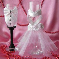 http://handmadebydianapuiu.com/articole-nunta/pahare-miri-nasi/  Handmade by Diana Puiu. Setul costa 90 lei / 20 €.