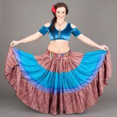 Vintage sari fabric skjørt ca. 11 meter i vidde!  Helt unike alle som en laget av resirkulerte sari stoffer fra India.Bruk de til fest, til stranda, hjemme eller til Roman - tyrkisk dans, Gypsy, ATS, Tribal... Elastisk livvidde/hofte : fra ca. 78 cm. - 127 cm. Lengde på dette skjørtet: 95 cm. (Det er variasjon i lengde på alle skjørtene!)  ONE SIZE AND ONE SKIRT ONLY!  Vintage sari fabric skirt 12 yards ! 3 panels and Not Two Alike ! These are recycled an... Gypsy Skirt, Sari Fabric, Strike A Pose, Tie Dye Skirt, Poses, Disney Princess, Skirts, Vintage, Fashion