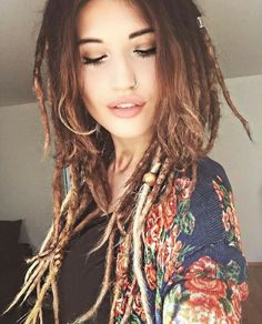 Hippie girl ❤️☀️ discovered by الجمال العربي on We Heart It Dreadlock Hairstyles, Messy Hairstyles, White Girl Dreads, Rave Hair, Rasta Girl, Dreadlocks Girl, Beautiful Dreadlocks, Dreadlock Extensions, Dreads Styles