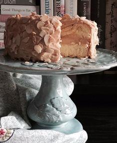 """Il classico """"biscuit de Savoie"""" – uno dei capisaldi della pasticceria francese, farcito con una morbida crema al burro aromatizzata al caffè e decorato con scaglie di mandorle tostate. Chi può resistere?"""