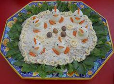 """Insalata russa decorata con """"galletti"""", realizzati con uova sode, carote, pepe nero in grani"""