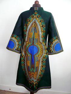 Voici une belle dashiki courte robe a-ligne appropriée pour travailler ou jouer. Il dispose d'un décolleté devant slash avec col officier et manches longues évasées. Agréable à porter en toute saison, vous pouvez ajouter un Simili-Tortue cou t-shirt dans les mois plus froids et le garder en style. Fait de java super 100 % coton wax africain dans la conception d'angelina. Le placement de motif peut varier légèrement en raison de la taille ou la répétition de tissu. Robe indiqué sera…