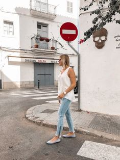 Das perfekte Frühsommer Outfit mit weißer Bluse, Jeanshose und Ballerinas Heutiges Outfit, Bluse Outfit, Denim Look, Nike Cortez, Ballerinas, Sneakers Nike, Streetstyle, Outfits, Alice